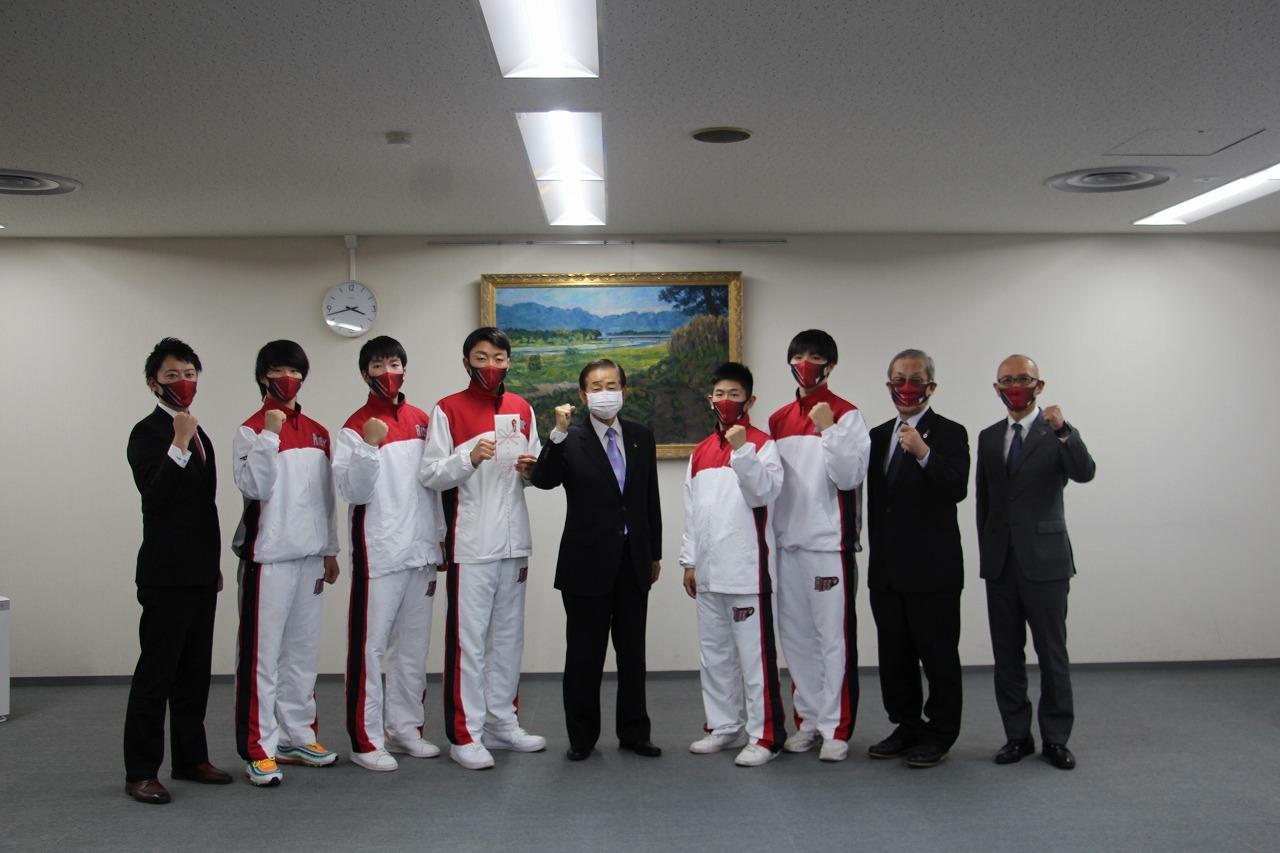静岡産業大学男子バスケットボール部が市長を表敬訪問しました